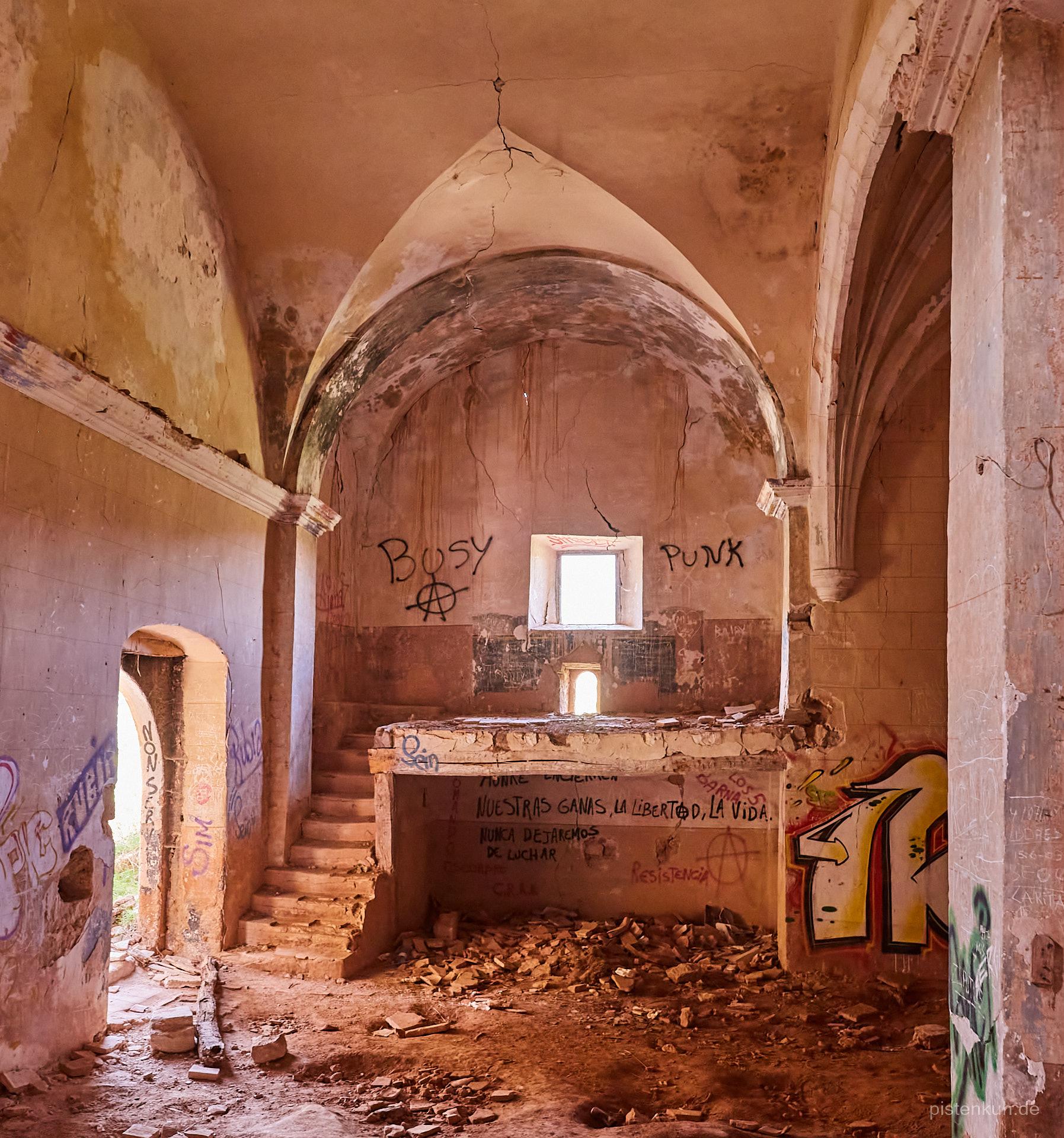 Im Inneren der baufälligen und von Spayern beschmierten Kirche.