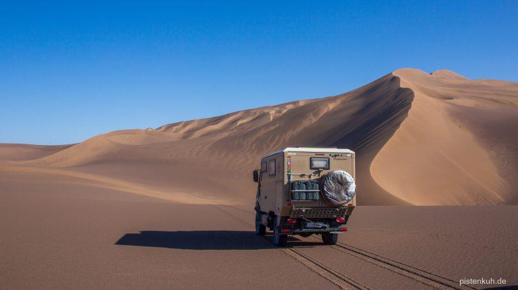 Allradmobil in der Wüste
