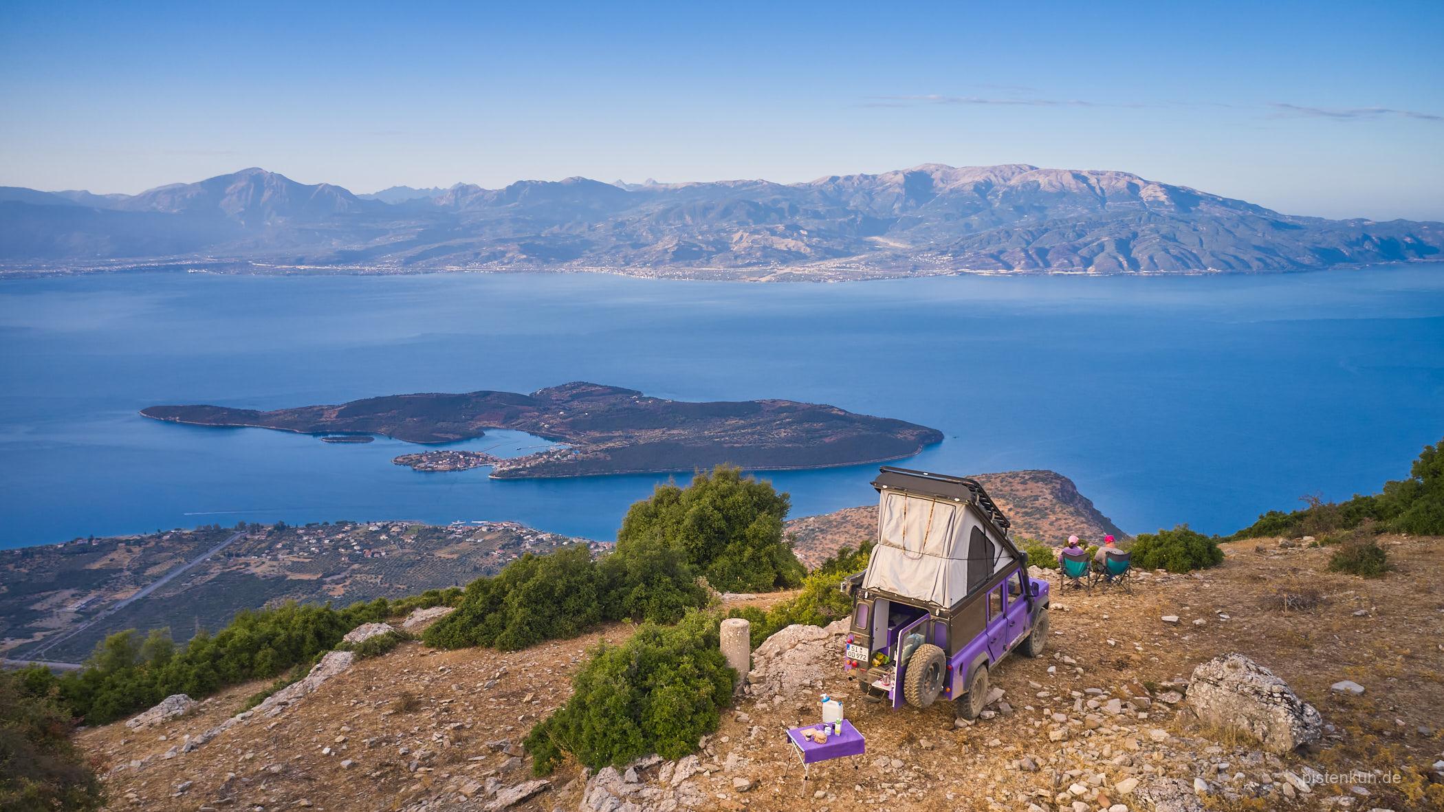 Campen mit Blick über die Bucht von Korinth